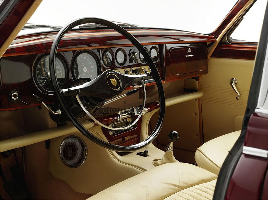 Jaguar-MK2-tupe-S-photo-pro-poste-pilotage